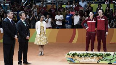 Kronprisen overrækker medaljer tilCamilla Rytter Juhl og Christinna Pedersen ved OL i Rio. Statsministeren ville i går ikke forklare, hvordan det kunne gå til, at kronprins Frederik i Den Internationale Olympiske Komité (IOC) – tilsyneladende – trodsede regeringen og stemte imod at udelukke Rusland fra OL forud for legene.
