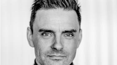 Simon Kvamm har i de sidste femten år været en af de absolut største hitmagere på dansk grund. På sin solodebut tager han os tættere på Simon Kvamm end nogensinde, og han tager os med ind i sin metaltræthed i forhold til at være kunstner og menneske. En træthed, som på godt og ondt sætter sig igennem i pladens æstetik