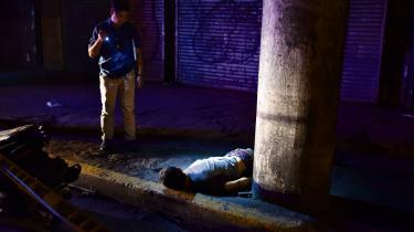 Fra juli 2016 til slutningen af januar 2017 harsammenstød mellem fillipinsk politi og narkokriminelle angiveligt kostet 2.500 mistænkte livet, mens35 politibetjente er blevet dræbt.