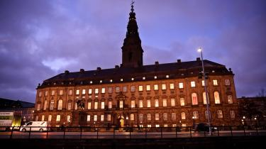 'Min familie befinder sig ikke på nogen måde på kanten af samfundet. Trods kortere uddannelser tjener flere af mine fætre mere, end jeg gør, og har mere ansvarsfulde stillinger. Bedsteborgere. Alligevel bliver jeg som offentlig embedsmand til repræsentant for magteliten i København,' skriver Niels Jespersen.