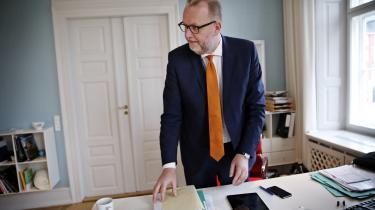 Klimaminister Lars Christian Lilleholt (V) roser DONG for at ville droppe kul fra 2023, men i 2015 fortalte han, at regeringen dropper målsætningen om at udfase kul i 2030: 'Det kan ikke nytte noget, at vi fører så dyr en energipolitik i Danmark, at det koster på konkurrenceevne og udfordrer statskassen uforholdsmæssigt meget,' sagde han i september 2015.