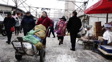 I Urumqi er selv gadehandlen opdelt mellem han-kinesere og uighurer. Alle skal igennem sikkerhedstjek for at komme ind på det han-kinesiske marked. Omvendt er der fri adgang på bazaren, hvor byens uighurer handler ind.