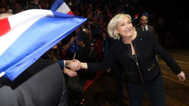 Front Nationals præsidentkandidat har skudt sin kampagne i gang med løfter om at skrotte euroen og påstande om, at islamiske praksisser udgør en trussel mod Frankrig