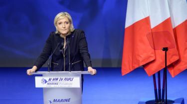 Det, Marine Le Pen siger, lyder unægtelig som en fransk version af Donald Trumps budskaber. Eliten, udlændingene og de onde penge har taget magten fra folket og fremmedgjort franskmændene over for deres egen nation, som knap er en nation længere
