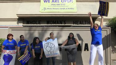 Antallet af aborter er faldet i USA de seneste år. Men til trods for, at en række delstater har indført flere restriktioner for adgangen til abort, tilskrives faldet snarere at prævention er blevet mere udbredt. På billedet fejrer aktivister, at det er lykkedes at afværge lukning af en abortklinik i Texas.