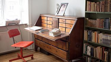 Hvordan indretter forfatterne sig, når de skriver? Hvilke genstande omgiver de sig med, og hvordan ser det i det hele taget ud, der hvor værkerne skrives? Hver uge viser vi en dansk forfatters skrivebord