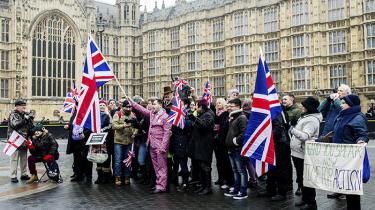 Brexittilhængere er samlet i London for at lægge pres på den britiske regering, der under Theresa Mays ledelse har sat gang i processen, der vil føre til udmeldelse af EU. Blandt eksperter er der selvransagelse – og de ønsker at blive bedre til også at tale til folks følelser, som det er lykkedes for højrefløjen. For fornuft og følelser er ikke hinandens modsætninger
