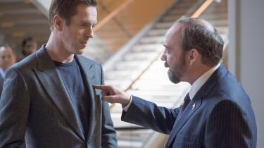 Statsanklager Chuck Rhoades (Paul Giamatti, th.) fortæller milliardæren Bobby Axelrod (Damian Lewis), hvor skabet skal stå i tv-serien 'Billions'. Foto: HBO