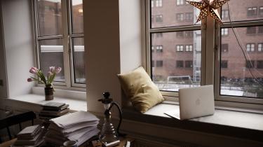 Hvordan indretter forfatterne sig, når de skriver? Hvilke genstande omgiver de sig med, og hvordan ser der i det hele taget ud, der, hvor værkerne skrives? Hver uge viser vi en dansk forfatters skrivebord