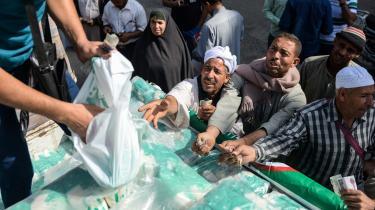 Inflationen i Egypten er steget til 29,6 procent, hvilket er det højeste niveau siden revolutionen i januar 2011. Prisen på basale fødevarer er eksploderet yderligere, og der uddeles sukker og andre fødevarer i et forsøg på at hjælpe befolkningen igennem den økonomsiek krise.