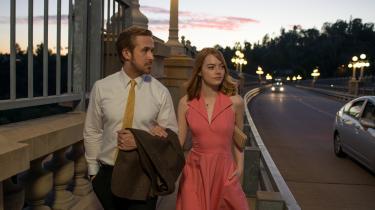 Hverken Ryan Gosling eller Emma Stone eller nogen anden sætter en fod forkert i Oscar-favoritten 'La La Land', i hvilken det mytologiske Los Angeles-landskab spiller en af hovedrollerne.