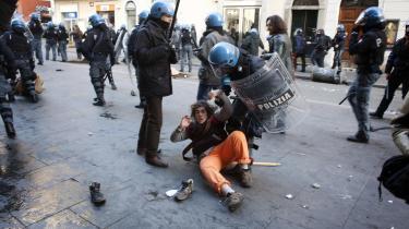 Italiensk politi anholder venstrefløjsaktivist under protester mod skolereform. Generelt har den italienske venstrefløj vanskeligt ved at organisere sig til en samlet modstand, siger eksperter, når de skal forklare, hvorfor landet ikke har en stærkere venstrefløj end tilfældet er i dag.