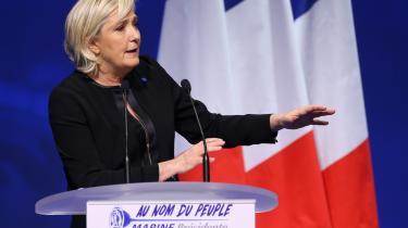 Brexit og Trumps valgsejr har 'normaliseret' højrepopulismen og øget risikoen for Marine Le Pen som fransk præsident, mener den britiske historiker Timothy Garton Ash. Det haster for centrum-venstre at finde bedre svar på tillidskrisen – og det starter med, at man begynder at lytte