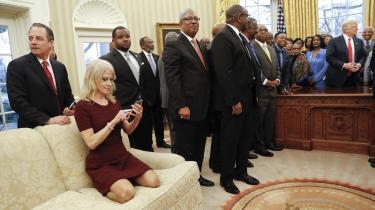 På dette billede er Trump uskarp og sløret. Han spiller kun en birolle. Det er Kellyanne Conway, der løber med hovedrollen – på grund af måden, hun sidder på