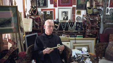 Benedektinermunken Columba Stewart undersøger et religiøst artefakt, som han håber at kunne få med til HMML-museet i Minnesota
