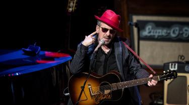Elvis Costello underpræsterede og sang falsk til koncerten i DR's koncerthus mandag aften. Foto: Nanna Navntoft/ Polfoto
