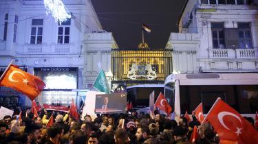 Utilfredse tyrkere demonstrerede søndag foran det hollandske konsulat i Istanbul, mens politiet afspærrede indgangen til bygningen af sikkerhedsmæssige årsager.
