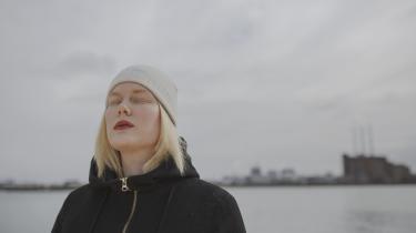 Digtene i Nanna Storr-Hansens debut 'Spektakel' handler om at befinde sig i hverdagen, men det hverdagslige – det kluntede, det konkrete, det partikulære – er samtidig renset bort. På den måde er der noget klassisk lyrisk over digtene.