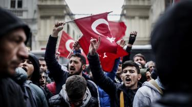 På begge sider af det politiske spektrum ses den hollandske afvisning af to tyrkiske ministres ønske om at tale i Rotterdam som ydmygende, uacceptabel og dobbeltmoralsk. Her protester foran Hollands konsulat i Istanbul.