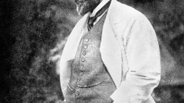 Den tyske sociolog Max Weber så autoritet som en magt, der til en vis grad hviler på en befolknings vilje til lydighed.