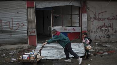 Af et FN-notat, som er blevet sendt til en række humanitære organisationer i Irak fremgår det, at fødevarer, vand, medicin og brændstof er i alvorlig mangel i den vestlige del af Mosul. Her fragter en mand og en dreng nødhjælp gennem det vestlige Mosul i midten af marts.