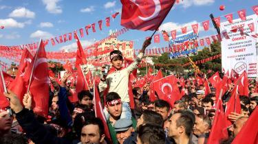 Mangfoldigheden i Tyrkiet er nu om dage reduceret til to overordnede kategorier: Enten er du med AKP eller imod AKP.