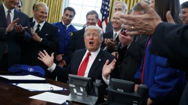 Sprækkerne er ved at bryde frem i den amerikanske præsidents populistiske skjold. Domstole og internationalt diplomati reagerer uvenligt på narrestreger