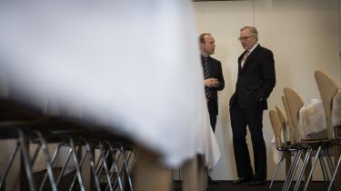 Fritz Schur i snak med sin afløser Thomas Thune Andersen til den årlige generalforsamling i Dong. (Arkivfoto)