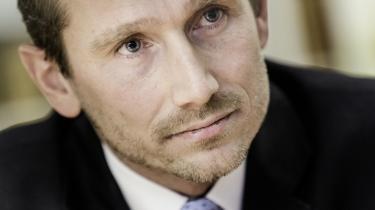 Den nuværende finansminister Kristian Jensen er nu snart et årti efter finanskrisens udbrud kommet frem til, at det var misvisende, hvad daværende finansminister Claus Hjort Frederiksen skrev om prisen for bankpakkerne.