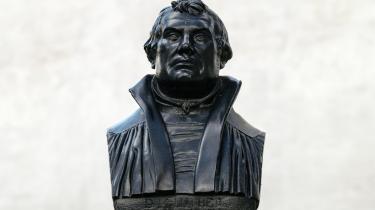Byste af Martin Luther foran hans fødested i Eisleben.