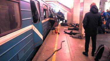 Ofre for gårsdagens angreb på metroen i Sankt Petersborg venter på behandling efter det blodige angreb.