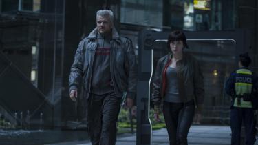 Batou (Pilou Asbæk) og Major (Scarlett Johansson) er på jagt efter en mystiskterrorist og hacker i Rupert Sanders' 'Ghost in the Shell'. Foto: UIP/Paramount Pictures