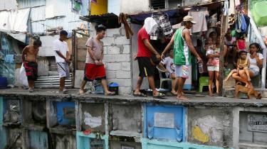 Filippinske anti-narkostyrker fører mistænke narkohandlere væk i et fattigt kvarter i Manila. Præsident Rodrigo Duterte argumenterer åbent for, at det er i orden at slå folk ihjel – blandt andet narkohandlere. Han er fuldstændig ligeglad med ideer om lighed for loven og retfærdig rettergang, mener kritikere.