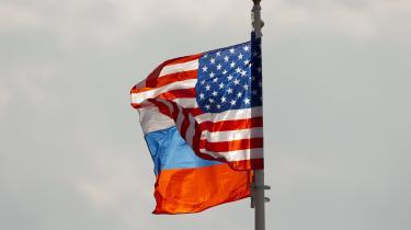 »Jeg tror,det står klart for os alle, at Assad-familiens regime lakker mod enden. Men hvordan det ender, selve overgangen, er efter vores mening meget vigtig for bæredygtigheden og stabiliteten i et forenet Syrien.«Med det budskab gik den amerikanske udenrigsminister Rex Tillerson om bord i sit fly til Moskva for at mødes med sin russiske modpart, Sergej Lavrov.Det store spørgsmål, som Lavrov vil stillesin amerikanske kollega i Moskva, er uden tvivl: »Tillerson, hvad er alternativet til Assad?«