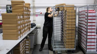 Igennem de sidste ti år har Post Danmark fyret ca. 1.000 mennesker om året, og værdierne i virksomheden er langsomt men sikkert reduceret til stort set ingenting. Men postens lidelser blev for alvor acceleret, da Folketinget i 2011 vedtog, at tankerne om total digitalisering skulle føres ud i livet