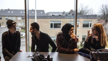 Danmarks gratis uddannelsessystem hjælper til, atulighederne mellem førstegenerationsindvandrere og gennemsnitsbefolkningenreduceres kraftigt over tid, forklarerGrete Brochmann,professor i sociologi.Her er det en lektiecafé for unge flygtninge, som eleverne på Gammel Hellerup Gymnasium selv står for. (Arkivfoto)