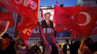EU gad aldrig Tyrkiet, og nu betales regningen i form af en Erdogan med fingeren på flygtninge-aftrækkeren og en national-religiøs retorik, der øger de europæiske samfunds i forvejen anspændteforholdtil Europas muslimer.