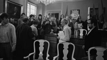 I februar 1971 stormede nymarxister Konsistorium, Københavns Universitets øverste råd. Rektor Mogens Fog (i hvid skjorte i midten af billedet) måtte hæve mødet og forlod lokalet. Yderst til venstre i billedet ses dette essays forfatter David Rehling, der den gang var studentervalgt medlem af Konsistorium.