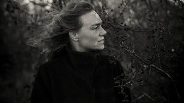 Der er noget frygtløst i Kamilla Hega Holsts valg af virkelig ubekvemme emner som en mors ambivalente følelser for sin sære søn, seksuelt begær og besværlige kroppe, destruktive og selvdestruktive kræfter. Hendes prosa er kendetegnet af enkelhed.