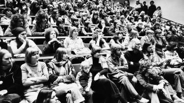Med velfærdstatens vækstparadigme kom et politisk ønske om større optag af studerende på de videregående uddannelser, samt en tættere statslig styring af i første omgang uddannelsernes indhold og siden også af selve forskningen. Her er det Roskilde Universitets (RUC) første årgang i 1972.
