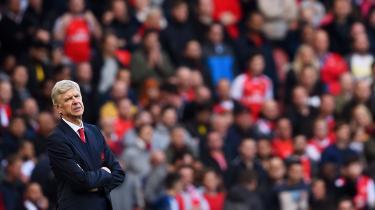 Arsenals manager, Arsène Wenger, ses af mange af klubbens fans som årsagen til dens spillemæssige kvaler. Wenger beskyldes for at fokusere for meget på boldkunst og for lidt på resultater.