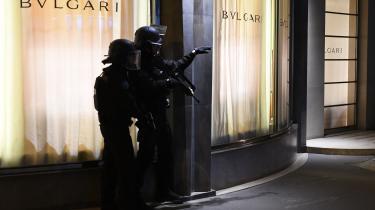 Sikkerhedsstyrker spærrer for adgangen til Champs-Élysées efter det formodede terrorangreb.