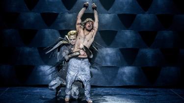 Simon Mathews Jesus bliver tortureret af usynlige slag, mens Jacob Madsen Kvols' Pilatus hyklerisk lader som om, at han beskytter ham i Aarhus Teaters storladne, men ikke synderligt inderlige fortolkning af 'Jesus Christ Superstar'.
