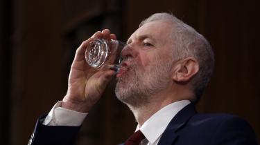 Jeremy Corbyn drikker et glas vand under sin fremlæggelse af Labours planer efter Brexit-afstemningen i juni 2016. (Arkivfoto.)