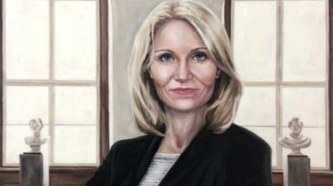 Det nye statsministerportræt af Helle Thorning-Schmidt lader os ikke komme nærmere personen bag politikeren, men fremhæver den tidligere statsminister som et symbolsk, kvindeligt ikon