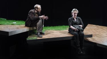 Tammi Øst dirrer hudløst troværdigt af nervøsitet i rollen som lyrikeren over for Morten Burians ordflommede foredragsredaktør i Husets Teaters brutale Erlend Loe-forestilling 'Status'.