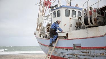 Thomas Højrup er bestyrelsesformand for Han Herred Havbåde og formand for kystfiskerlauget. Han har fisket i mere end 40 år, men han er ikke erhvervsfisker og derfor heller ikke medlem af det laug, han er formand for. Fiskerne har valgt ham som formand, fordi han, som de siger, er god at sende i banken, god til at tale med politikere og sådan.