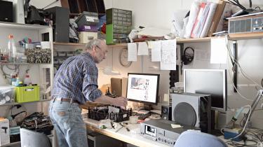 Siden 2001 har frivillige medarbejdere på værkstedet i Miljø- og Energicentret repareret symaskiner, pladespillere, kaffemaskiner, akvariepumper, tablets, telefoner, støvsugere – og røremaskiner, som den Arne Jørgensen her står med.