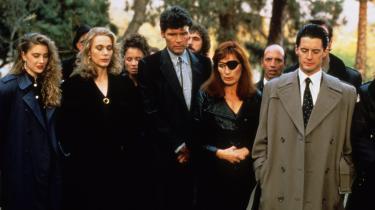 FBI-agent Dale Cooper (Kyle MacLachlan, yderst til højre) kommer til Twin Peaks for at opklare mordet på gymnasieeleven Laura Palmer, der her begraves.
