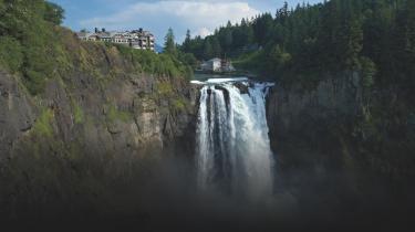 Den fiktive by Twin Peaks med savværket og det dramatiske vandfald er et mikrokosmos og et sindbillede på det amerikanske samfund og al den råddenskab, korruption og menneskelige fallit, som ifølge Lynch og Frost befinder sig under 'smalltown Americas' idylliske overflade.